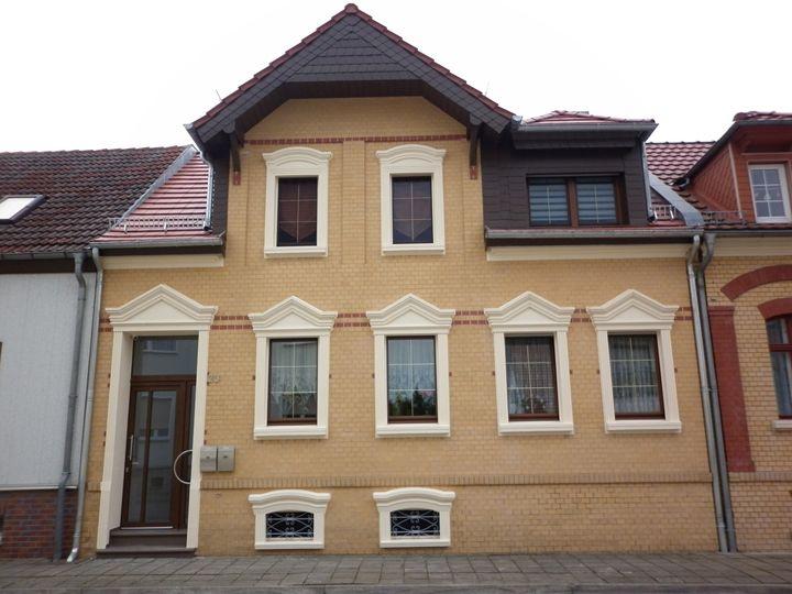 Családi ház homlokzata polisztirol dísztőelemekkel felújítva
