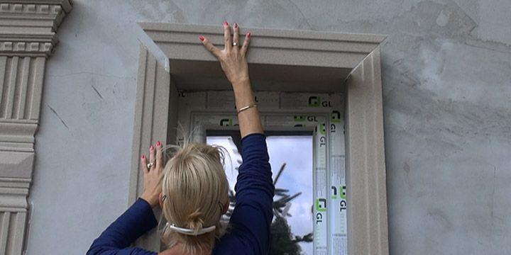 Homlokzati díszléc, stukkó felhelyeselése ablak díszítéshez.