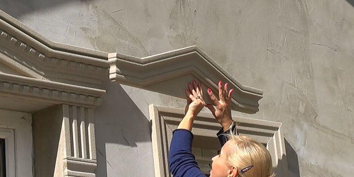 Homlokzat díszítés kivitelezése ablak stukkókkal.