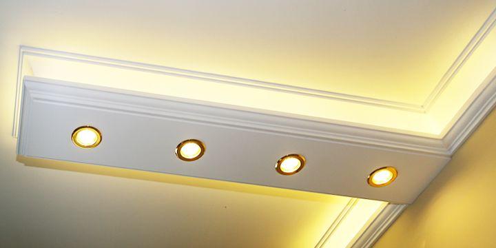 Led szalaggal megoldott beltéri világítás kiegészítve led spotokkal.
