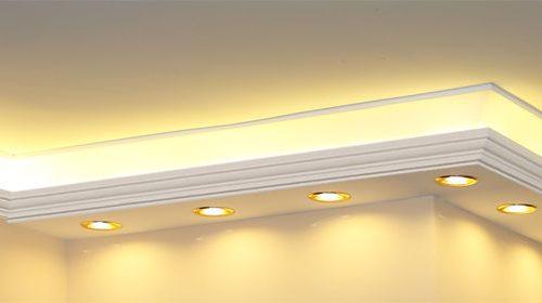 Led szalag és led lámpák beltéri világításhoz díszlécekbe rejtve.