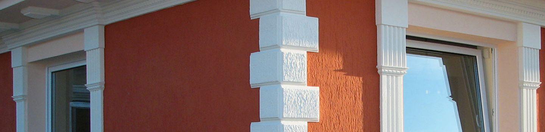 Kváderkövekkel díszített épület sarok.