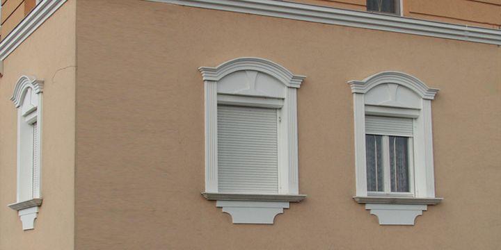 Ablakok díszítése hajlítható, íves díszlécekkel.