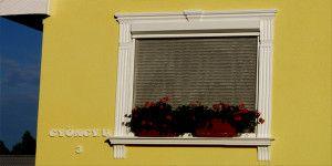 A homlokzat ékköve a stukkóval díszített ablak.